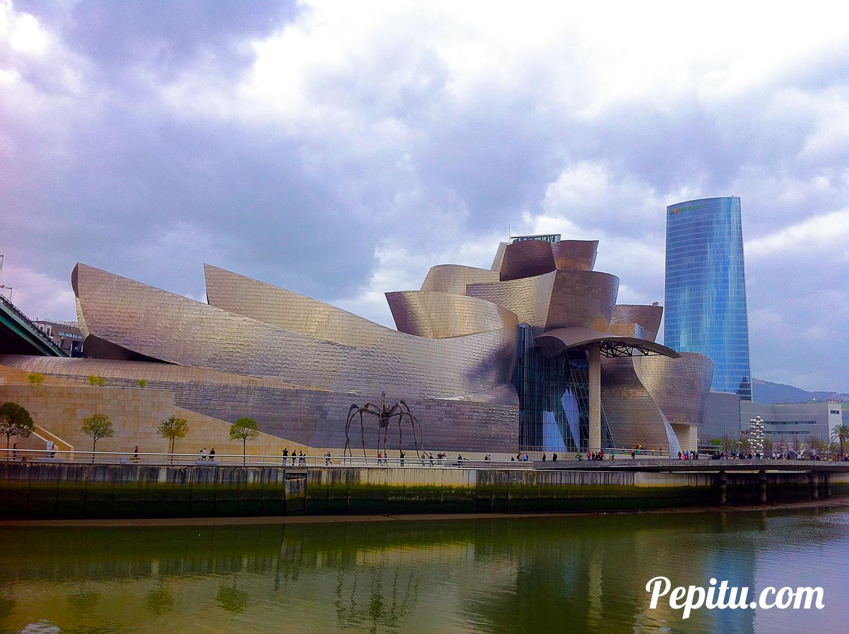 Foto-del-Museo-Guggenheim-y-torre-Iberdrola-en-Bilbao